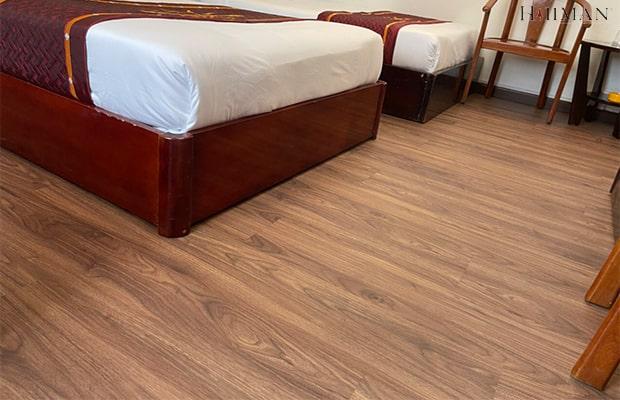 Sự kết hợp hài hòa giữa đồ nội thất và nền sàn màu đỏ rượu đã tạo nên một phong cách độc đáo