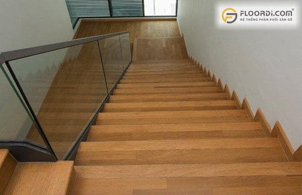 Sàn gỗ cho khả năng cách âm chống ồn hiệu quả khi di chuyển trên cầu thang