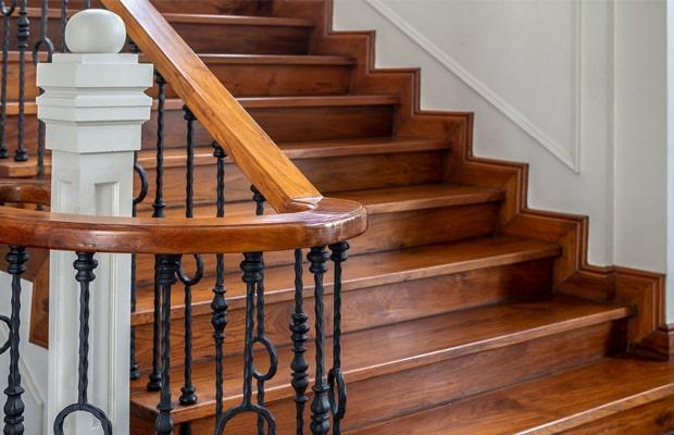 Cầu thang làm bằng gỗ tự nhiên khá kén người dùng vì giá thành rất cao