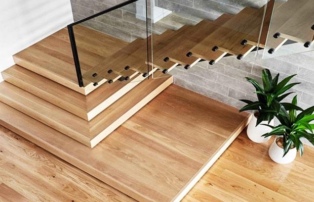 Mặt bậc cầu thang bằng gỗ công nghiệp liền mũi