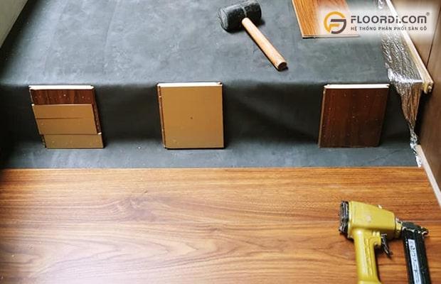 Có thể dùng vam để cố định cũng là cách xử lý sàn gỗ bị kêu