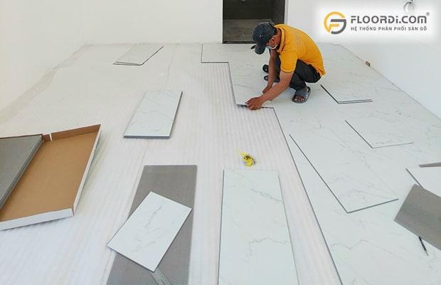 Cần kiểm tra độ ẩm phòng trước khi tiến hành lắp đặt ván sàn