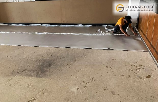 Sàn được xử lý bằng phẳng sẽ đảm bảo ốp sàn gỗ tránh được hiện tượng bị kêu